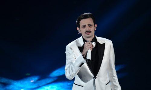 Sanremo 2019, Fabio Rovazzi: dedica al papà morto dal palco dell'Ariston, il pubblico si commuove
