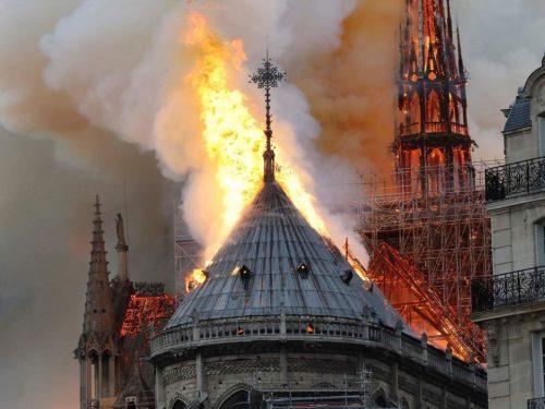 Notre Dame, la cattedrale di Parigi va a fuoco: un terribile incendio